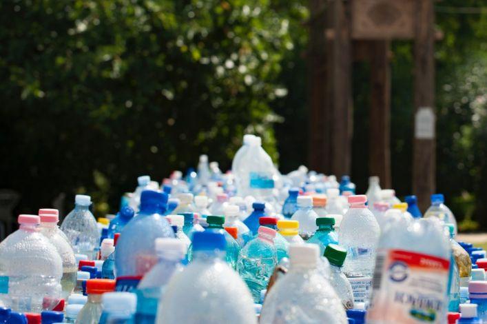 ⚠♻✅ 2024. július 3-tól csak legfeljebb 3 literes műanyag palackokat lehet forgalmazni, amelyek dugója rögzítve van. 2025-től a forgalomba hozott palackok 25 százalékban újraha