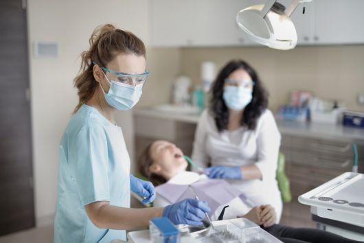 Ingyenes fogászati ellátást biztosítanak sürgős esetekben a szükségállapot idején Sepsiszentgyörgyön