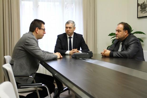 A magyar közösség ellen irányuló támadásokat együttes erővel kell kivédeni Bukarestben és a nemzetközi fórumokon – Marosvásárhelyen járt Vincze Loránt, a FUEN elnöke