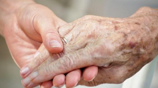 A hozzátartozóikat gondozókat támogatná az Európai Bizottság