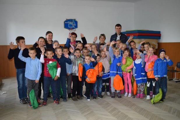 Célba ért 410 Brassó megyei vidéki kisdiák iskolakezdési csomagja